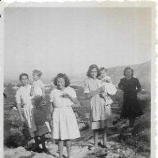 Fotografía antigua: == G1232 - FOTOGRAFÍA - GRUPO DE AMIGAS EN EL CAMPO. Lote 193219368