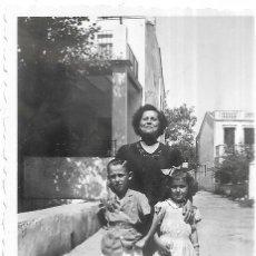 Fotografía antigua: == G1234 - FOTOGRAFÍA - SEÑORA CON UNA PAREJITA. Lote 193219652
