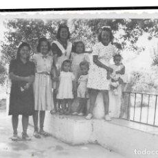 Fotografía antigua: == G1235 - FOTOGRAFÍA - GRUPO DE JOVENES Y NIÑAS. Lote 193219806