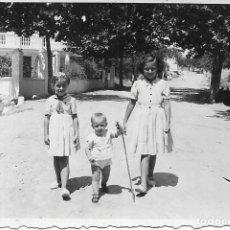 Fotografía antigua: == G1271 - FOTOGRAFÍA - DOS NIÑAS PASEANDO CON UN NIÑITO. Lote 193223015