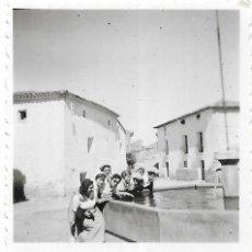 Fotografía antigua: == G1285 - FOTOGRAFÍA - GRUPO DE AMIGAS JUNTO A UNA FUENTE. Lote 193223205