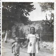 Fotografía antigua: == G1287 - FOTOGRAFÍA - NIÑA PASEANDO CON UN NIÑITO. Lote 193223290