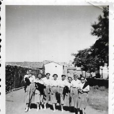 Fotografía antigua: == G803 - FOTOGRAFÍA - GRUPO DE AMIGAS CON UNIFORME - 1951. Lote 193227813