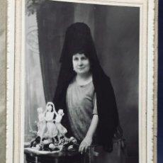 Fotografía antigua: SEÑORA MANTILLA ANTE GRUPO PORCELANA TRES GRACIAS BOLSO MALLA PLATA PEINETA RUIZ ARIAS ELECTRICK MAD. Lote 193399891