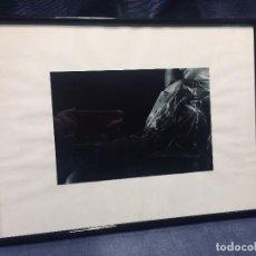 Fotografía antigua: FOTOGRAFIA ORIGINAL ENMARCADA MUJER DESNUDA DESNUDO ENVUELTA PLASTICO MOJADO CUBRE SU PIEL PECHOS 31. Lote 193887326
