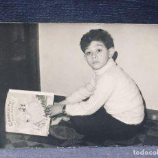 Fotografía antigua: FOTOGRAFIA BLANCO Y NEGRO MITAD S XX NIÑO LEYENDO CUENTO CHANCHITO VOLADOR AÑOS 60 9X14CMS. Lote 193964726