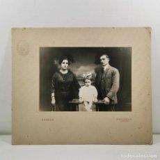 Fotografía antigua: FOTOGRAFIA FAMILIAR - FINALES SIGLO XIX - RANZEN - BARCELONA - PAREJA CON HIJA - 21 X 25,5 CM / TC-2. Lote 194222471