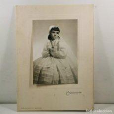 Fotografia antica: FOTOGRAFIA NIÑA PRIMERA COMUNIÓN - FOTÓGRAFO TORRES PASEO GRACIA 115 - AÑOS 40 - 28 X 20,5 CM / TC-4. Lote 194228118