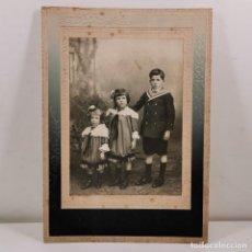 Fotografía antigua: FOTOGRAFIA ESTUDIO NIÑO CON DOS NIÑAS - LLEIDA (LÉRIDA) - FINALES XIX - 21X15 CM / TC-4. Lote 194229100