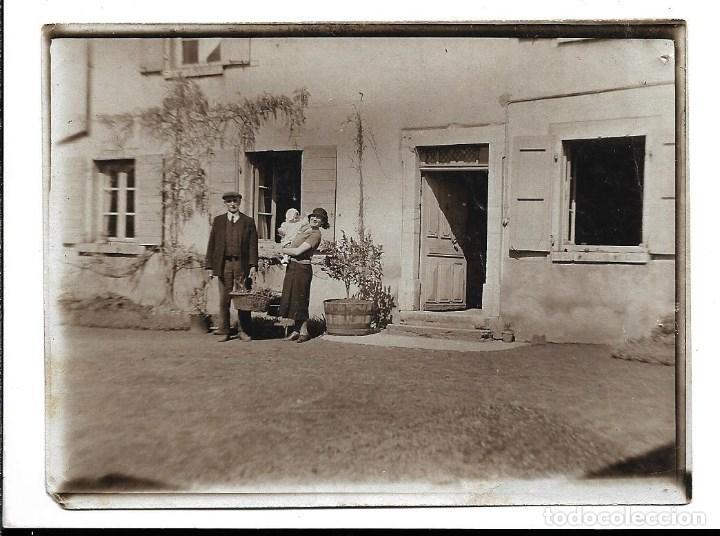 LOTE 5 FOTOGRAFIAS ANTIGUAS - UNA FAMILIA EN LA PUERTA DE SU CASA - EN PINKEMPO 1.935 (Fotografía - Artística)