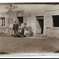 Fotografía antigua: LOTE 5 FOTOGRAFIAS ANTIGUAS - UNA FAMILIA EN LA PUERTA DE SU CASA - EN PINKEMPO 1.935 . Lote 194235443