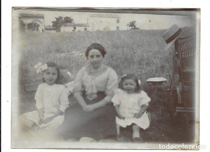 LOTE 5 FOTOGRAFIAS ANTIGUAS - UNA MADRE Y DOS HIJAS EN EL CAMPO - AÑOS 20-30 (Fotografía - Artística)