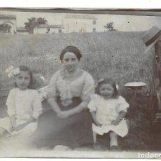 Fotografía antigua: LOTE 5 FOTOGRAFIAS ANTIGUAS - UNA MADRE Y DOS HIJAS EN EL CAMPO - AÑOS 20-30. Lote 194235655