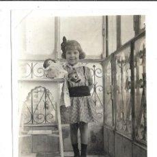 Fotografía antigua: 2 FOTOGRAFIAS ANTIGUAS - UNA NIÑA EN UN TABURETE CON SU MUÑECA - FOTO - . Lote 194276865