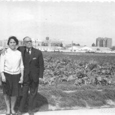 Fotografía antigua: == GG111 - FOTOGRAFIA - PAREJA JUNTO A UN CAMPO DE COLES. Lote 194294305