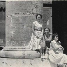 Fotografía antigua: == GG113 - FOTOGRAFIA - GRUPO DE AMIGAS SENTADAS JUNTO A UNA GRAN COLUMNA. Lote 194294367