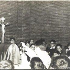 Fotografía antigua: == GG114 - FOTOGRAFIA - CURA JUNTO A GRUPO DE NIÑOS EN SU PRIMERA COMUNION. Lote 194294401