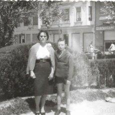 Fotografía antigua: == GG117 - FOTOGRAFIA - MUJER JUNTO A SU HIJO EN UN PARQUE. Lote 194294586