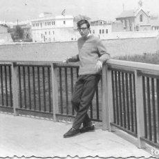 Fotografía antigua: == GG119 - FOTOGRAFIA - JOVEN APOYADO EN UNA VARANDILLA. Lote 194294646