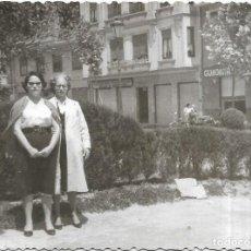 Fotografía antigua: == GG120 - FOTOGRAFIA - DOS MUJERES EN UN PARQUE. Lote 194294681