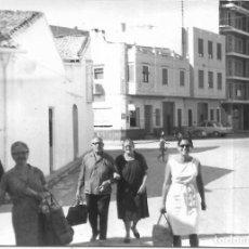 Fotografía antigua: == GG121 - FOTOGRAFIA - GRUPO DE AMIGOS PASEANDO POR UN PUEBLO. Lote 194296013