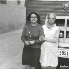 Fotografía antigua: == GG125 - FOTOGRAFIA - DOS MUJERES JUNTA A CAMION ANTIGUO. Lote 194296212