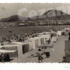 Fotografía antigua: PLAYA DE LAS CANTERAS. LAS PALMAS DE GRAN CANARIA. CASETAS DE BAÑO. 11,5 X 6,5 CM.. Lote 194341441