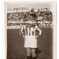 Fotografía antigua: PEQUEÑO AFICIONADO DEL REAL BETIS. 13,5 X 8,5 CM. ESTADIO VILLAMARÍN. Lote 194344006