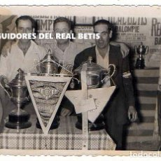 Fotografía antigua: SEGUIDORES DEL REAL BETIS. TROFEOS. AFICIÓN. 10 X 7,5 CM.. Lote 194344383