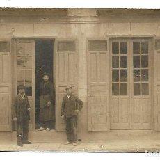 Fotografía antigua: FOTOGRAFIA ANTIGUA - OBREROS EN LA PUERTA DEL TALLER -. Lote 194367388