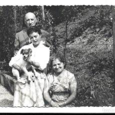 Fotografía antigua: FOTOGRAFIA ANTIGUA - UNA FAMILIA CON SU PERRO EN EL PARQUE -. Lote 194368141