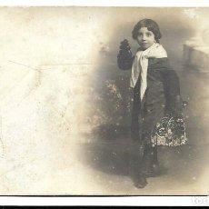 Fotografía antigua: FOTOGRAFIA ANTIGUA - UNA NIÑA CON BUFANDA Y BOLSO - FOTO - AMER - CARMEN, 3 - BARCELONA - DE 1.912. Lote 194369817