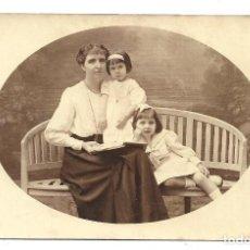Fotografía antigua: FOTOGRAFIA ANTIGUA - UNA MADRE Y SUS HIJAS - FOTO - - - - - . Lote 194369966