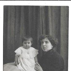 Fotografía antigua: FOTOGRAFIA ANTIGUA - UNA MADRE Y SUS HIJA - FOTO -GUILLEMMON - PARIS . Lote 194370168