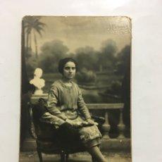 Fotografía antigua: FOTO. JOVEN SENTADA EN EL ESTUDIO DEL FOTÓGRAFO. J. LLOPIS. VALENCIA.. Lote 194493755