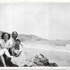 Fotografía antigua: == T496 - FOTOGRAFIA - DOS AMIGAS CON UNA NIÑITA SENTADAS EN UNAS ROCAS. Lote 194526600