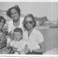 Fotografía antigua: == T499 - FOTOGRAFIA - TRES AMIGAS CON UN NIÑITO - 1953. Lote 194526721
