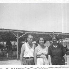 Fotografía antigua: == T704 - FOTOGRAFIA - TRES AMIGOS JUNTO A UN MERENDERO - 1950. Lote 194527115