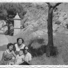 Fotografía antigua: == T725 - FOTOGRAFIA - TRES AMIGAS CON UN MIÑO - 1953. Lote 194527261