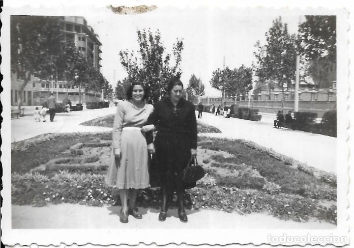 == T726 - FOTOGRAFIA - SEÑORA Y JOVEN EN UN PARQUE - 1950 (Fotografía - Artística)