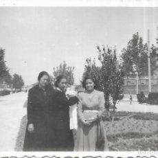 Fotografía antigua: == T727 - FOTOGRAFIA - AMIGAS CON UN BEBÉ - 1950. Lote 194527402