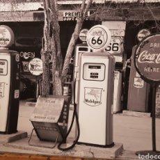 Fotografía antigua: SURTIDORES GASOLINA MOBILGAS. USA 1958. FOTOGRAFÍA B/N ORIGINAL CON MATRICULA LEGAL DEL AUTOR. Lote 194527631