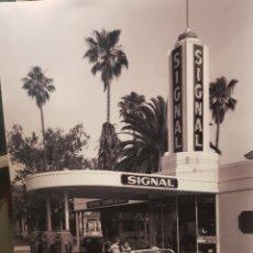 Fotografía antigua: GASOLINERA AMERICANA,1950. FOTOGRAFÍA B/N ORIGINAL CON MATRICULA LEGAL DEL EDITOR. Lote 194528143