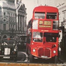Fotografía antigua: PAWEL LIBERA. TAXI Y BUS DOBLE- DECKER LONDRES. FOTOGRAFÍA ORIGINAL CON MATRICULA LEGAL DEL EDITOR. Lote 194528778
