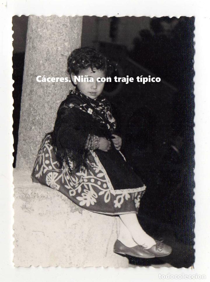 CÁCERES. NIÑA CON TRAJE TÍPICO. BERNAL, PELUQUERÍA LOLY. 10 X 7,5 CM. EXTREMADURA. (Fotografía - Artística)