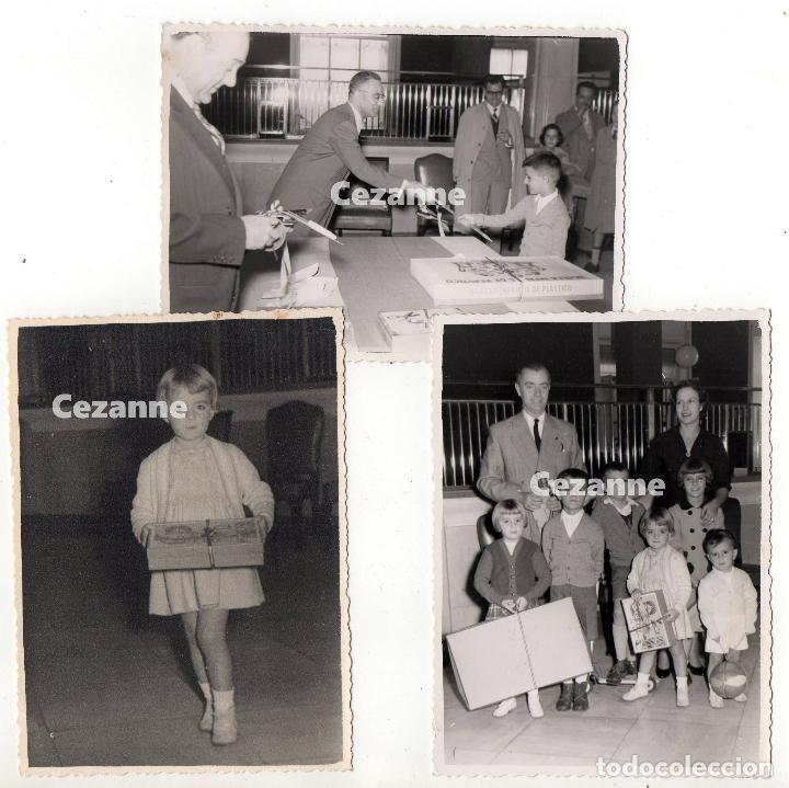 RECOGIENDO REGALOS EN EL BANCO DE ESPAÑA. 1956. LAS PALMAS ? 11,5 X 8,5 CM. (Fotografía - Artística)