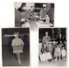 Fotografía antigua: RECOGIENDO REGALOS EN EL BANCO DE ESPAÑA. 1956. LAS PALMAS ? 11,5 X 8,5 CM. . Lote 194535315