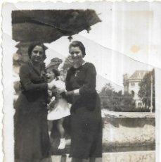 Fotografía antigua: == T757 - FOTOGRAFIA - DOS AMIGAS CON UNA NIÑA LLORANDO . Lote 194542051