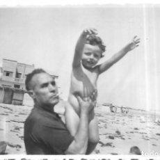 Fotografía antigua: == T773 - FOTOGRAFIA - SEÑOR CON NIÑITA EN BRAZOS - 1952. Lote 194542096