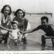 Fotografía antigua: == T787 - FOTOGRAFIA - FAMILIA EN LA PLAYA. Lote 194542117